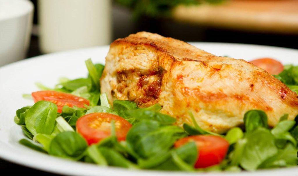 piers z kurczaka nadziewana pomidorami - propozycja podania